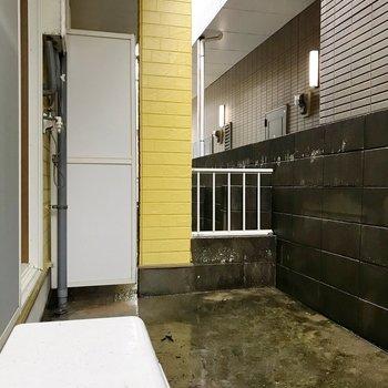 洗濯機置場はこちらに。広いのでたくさん干せますよ◎