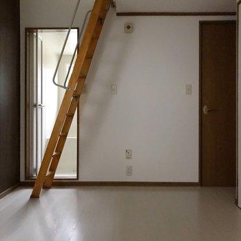 ベランダ側から見たお部屋。ハシゴの裏にお風呂があります。