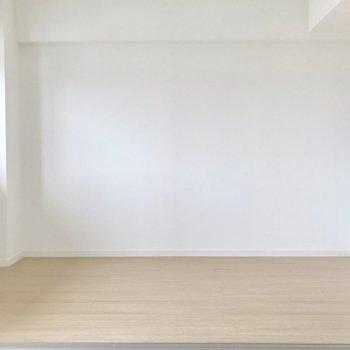 奥が洋室。壁寄せでベッドかな。