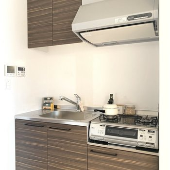キッチンも向かい側に冷蔵庫や食器棚置けるかな。
