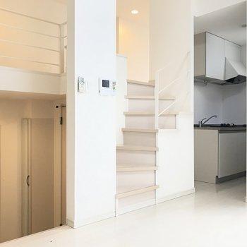 階段がお部屋に立体感を与えます。(※写真は1階の反転間取り別部屋のものです)