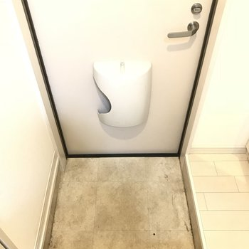 玄関狭いな~小さくて可愛くみえちゃう。(※写真は1階の反転間取り別部屋のものです)
