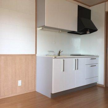 白のキッチンが存在感◎※写真は前回募集時のものです