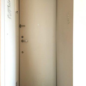 玄関も白く、清潔感があります。※写真は前回募集時のものです