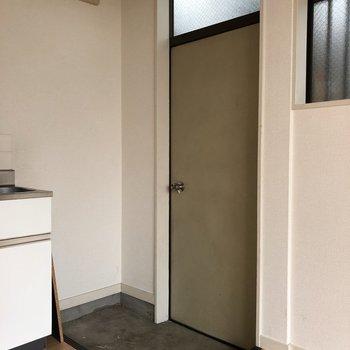 靴2、3足置きっぱなしでも余裕がありそうな玄関です※写真は通電前、前回募集時のものです
