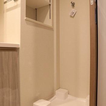 洗濯機置場の上には棚も◯※写真は9階の同間取り別部屋のものです