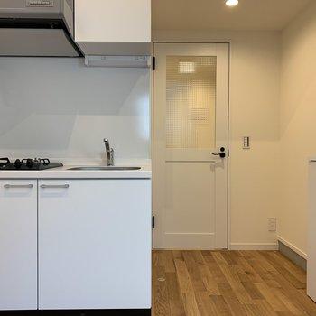 無垢床に映える白いキッチン※写真は前回募集時のものです