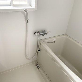 浴槽は窓付きなので換気もバッチリ○(※写真は清掃前のものです)