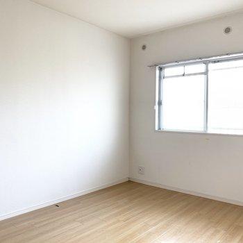 6帖の洋室は窓際にベッドを置いて、寝室に。(※写真は清掃前のものです)