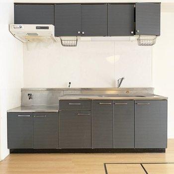 収納たっぷりなキッチンです。(※写真は清掃前のものです)