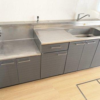 調理スペースも広々。右側に冷蔵庫かな。(※写真は清掃前のものです)