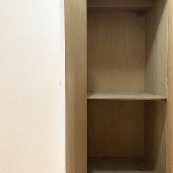 玄関前の収納スペースは引き出し付きの棚などをおいて使いやすく○(※写真は清掃前のものです)