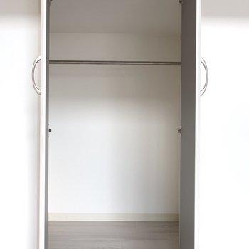 リビング収納は小さめなんです※写真は同間取り別部屋のものです