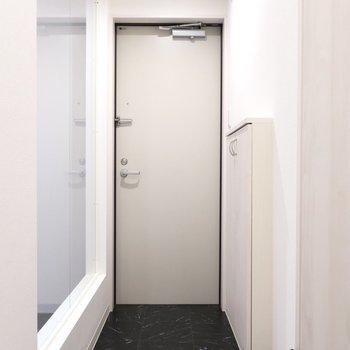 玄関も奥行きがあって広めなの※写真は同間取り別部屋のものです