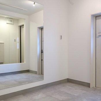 大きな鏡があるので更に広く見えるのが嬉しい◎※写真は同間取り別部屋のものです