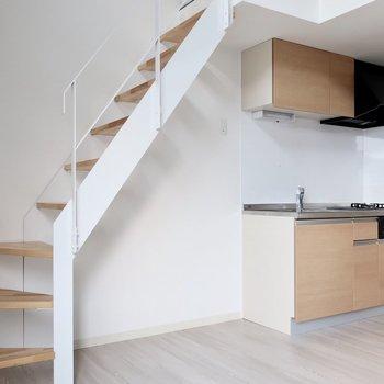 階段はしっかり手すり付きで安心◎※写真は同間取り別部屋のものです