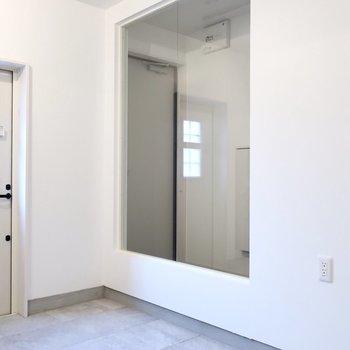 玄関部分はおしゃれなガラス貼り◎※写真は同間取り別部屋のものです
