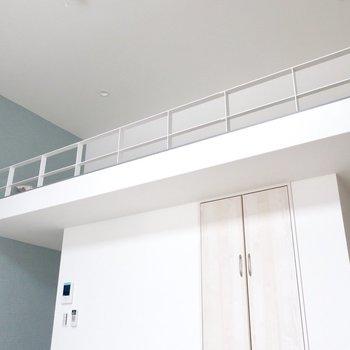 白とブルーのコントラストにときめく※写真は反転間取り別部屋、モデルルームのものです。