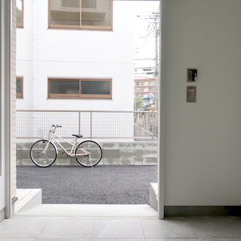 バイクスペースは電動シャッター付き!開けたらすぐお外に出られるの※写真は反転間取り別部屋、モデルルームのものです。