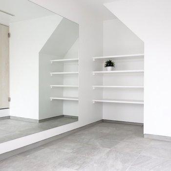 なんとこんなおしゃれなガレージスペースがあるなんて♪※写真は反転間取り別部屋、モデルルームのものです。