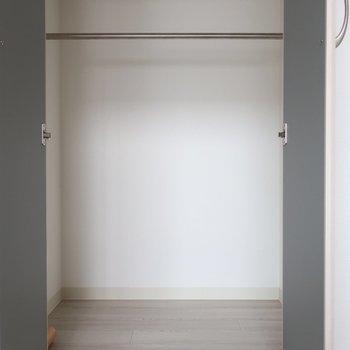 リビング収納は小さめなんです※写真は反転間取り別部屋、モデルルームのものです。