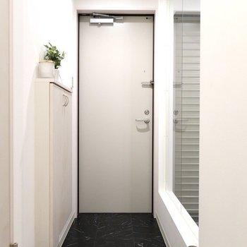 玄関も奥行きがあって広めなの※写真は反転間取り別部屋、モデルルームのものです。
