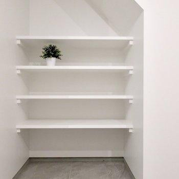 オープンシェルフには愛車のメンテナンスグッズをね※写真は反転間取り別部屋、モデルルームのものです。