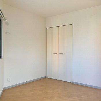 そして、洋室。まどからは緑も確認!(写ってるの小さい・・・) ※写真は3階の同間取り別部屋のものです