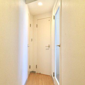 この細い廊下です。次はどの扉をあけようかな? ※写真は3階の同間取り別部屋のものです