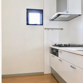 キッチンにも小窓付。広さあります。 ※写真は3階の同間取り別部屋のものです