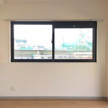 角部屋なので窓がこちらにも。明るいです。 ※写真は3階の同間取り別部屋のものです