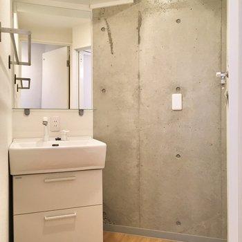 そして左の扉。洗面台と洗濯置場は隣どうし。コンクリも見え隠れ! ※写真は3階の同間取り別部屋のものです