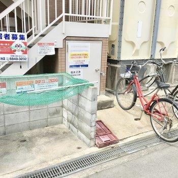 ゴミ捨て場の横に駐輪場。