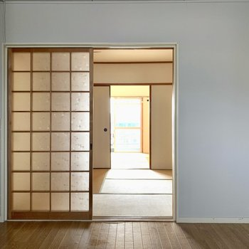 木目の床と畳で落ち着く空間