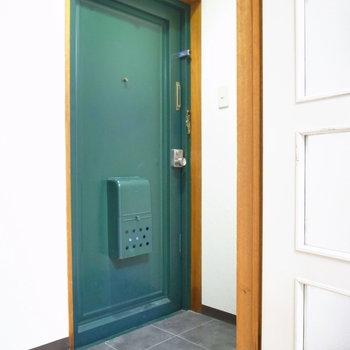 玄関とのあいだにはとびらが。ちょっと狭め。