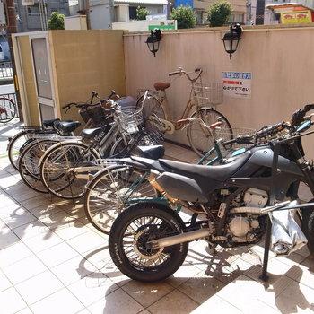 【共用部】自転車は入り口のそばにとめます。