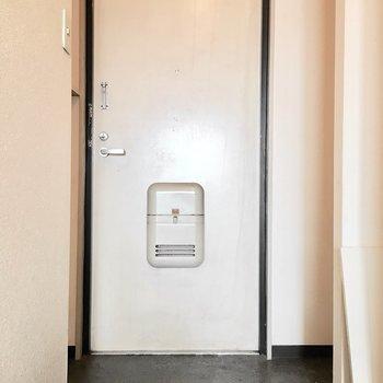 玄関はシンプルに。(※写真は3階の同間取り別部屋のものです)