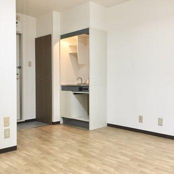 キッチンはグレーでシックな色合い。※写真は3階同間取り・別部屋のものです。