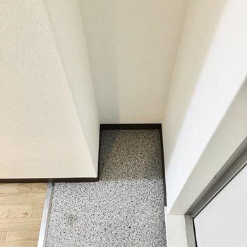 細長いシューズボックスをこちらに。※写真は3階同間取り・別部屋のものです。