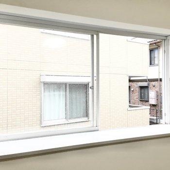 窓際には観葉植物やお気に入りの雑貨を。※写真は3階同間取り・別部屋のものです。