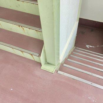 共用部】この階段で4階まで。