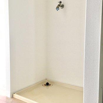 洗濯パンはキッチンのお向かいに。(※写真は4階の反転間取り別部屋、清掃前のものです)
