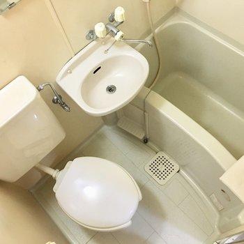 お風呂は3点ユニットです。(※写真は4階の反転間取り別部屋、清掃前のものです)