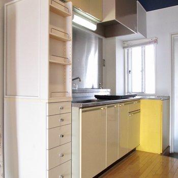 キッチン前には棚も◯※写真はクリーニング前のものです