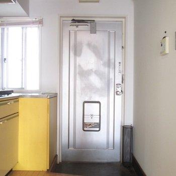 玄関はコンパクトに。※写真はクリーニング前のものです