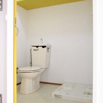 洗濯機とトイレはまとめてお掃除を。※写真はクリーニング前のものです