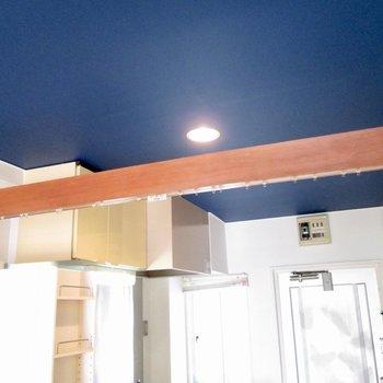 カーテンを付ければ、玄関からお部屋内を隠せます。※写真はクリーニング前のものです