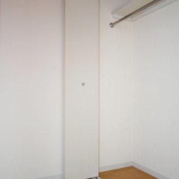 洋室の隣にウォークインがあります!