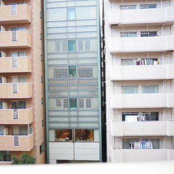 道路を挟んで向かい側に同じくらいの階層のマンション