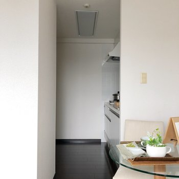 【DK】横を見るとキッチン。後ろに冷蔵庫がおけますよ。